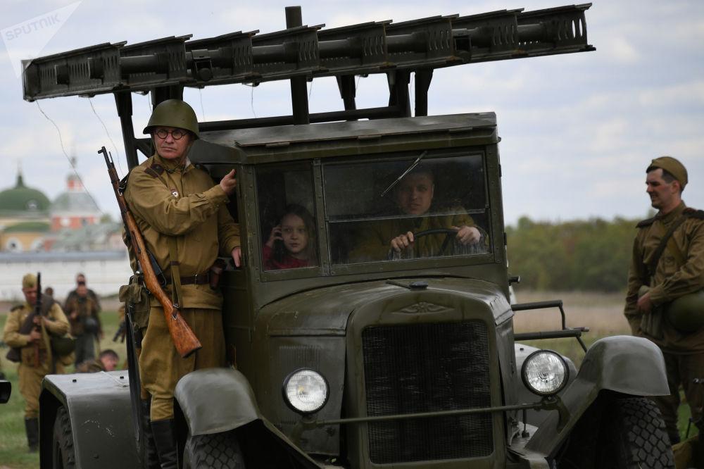 Účastníci vojensko-historické rekonstrukce v rámci festivalu Ohnivý oblouk v Moskevské oblasti.