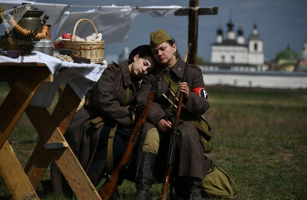 Účastnice vojensko-historické rekonstrukce v rámci festivalu Ohnivý oblouk v Moskevské oblasti.