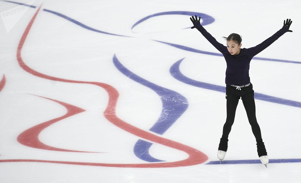 Elizabeth Tursynbajeva z Kazachstánu během tréninku před začátkem 5. etapy soutěží v Grand Prix krasobruslení v Moskvě