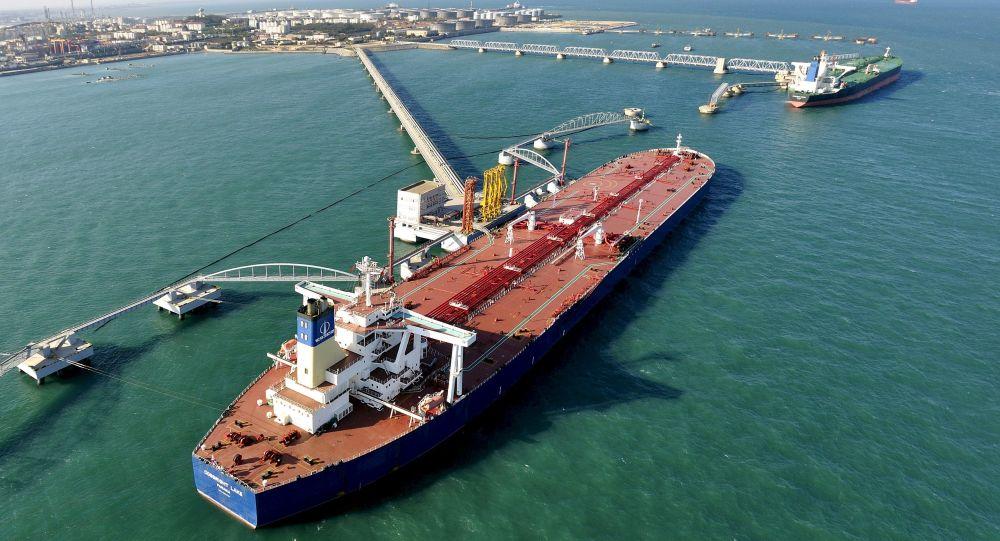 Přístav pro import surové ropy v čínském Čching-tao