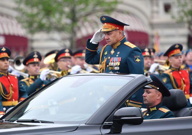 Vojenskou přehlídku přijímá ministr obrany Ruské federace, Hrdina Ruska, armádní generál Sergej Šojgu.