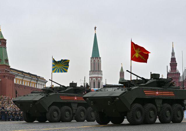 Perspektivní bojové vozidlo pěchoty na platformě Bumerang během přehlídky vítězství v Moskvě