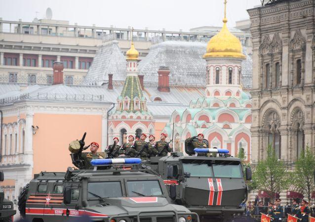 Mechanizovaný konvoj Ruské gardy během přehlídky vítězství v Moskvě