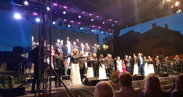 Fotografie z akce: Chór Tureckého na Hradčanském náměstí před Pražským Hradem, 10. května 2019