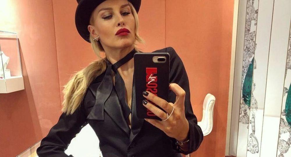 Актриса Simona Krainová.