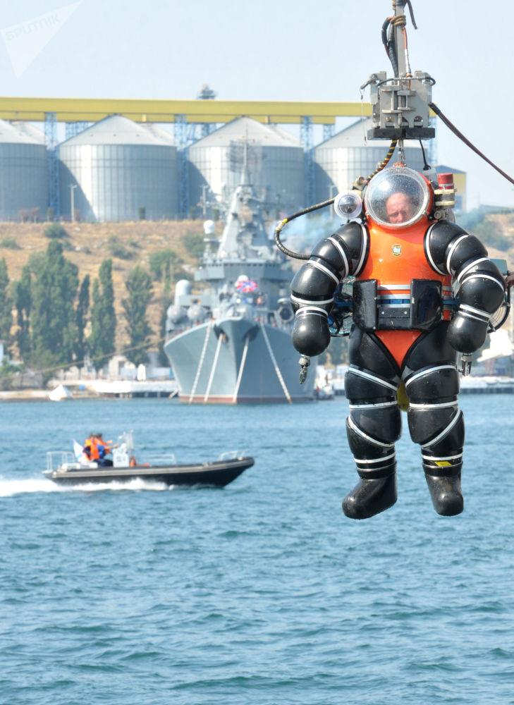 Potápěč ve skafandru během předvádění schopností záchranného vybavení Černomořského loďstva Ruské federace
