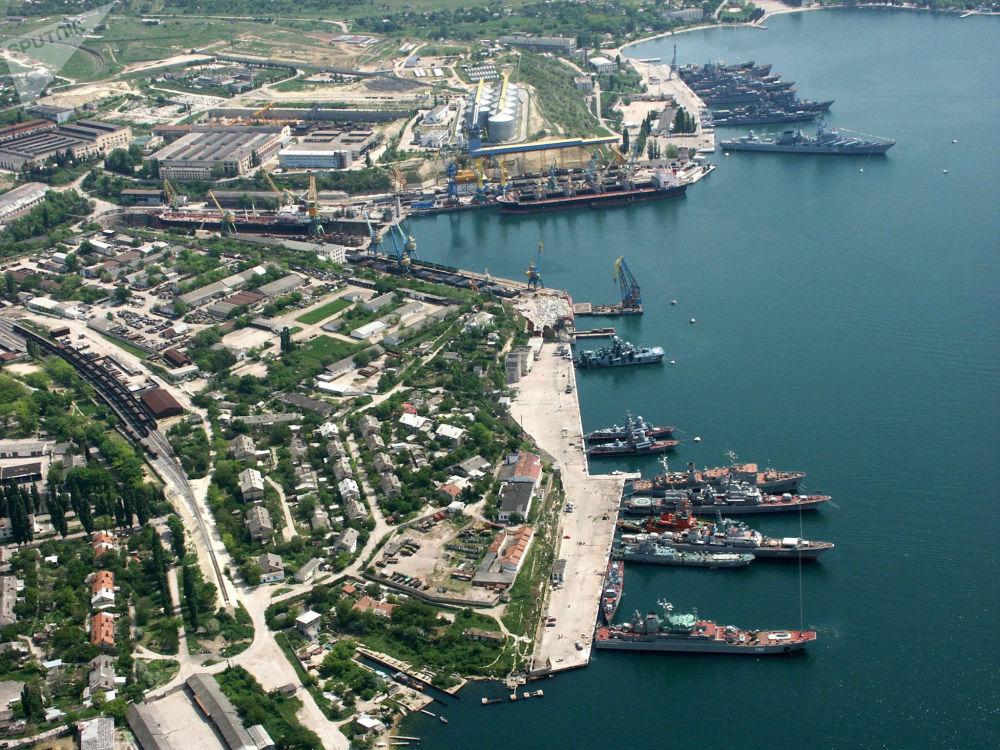 Lodi ruského Černomořského loďstva u pobřeží Sevastopolu