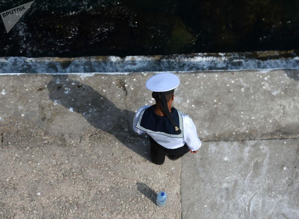 Voják Černomořského loďstva během zkušební přehlídky v Den námořnictva Ruské federace v Sevastopolu