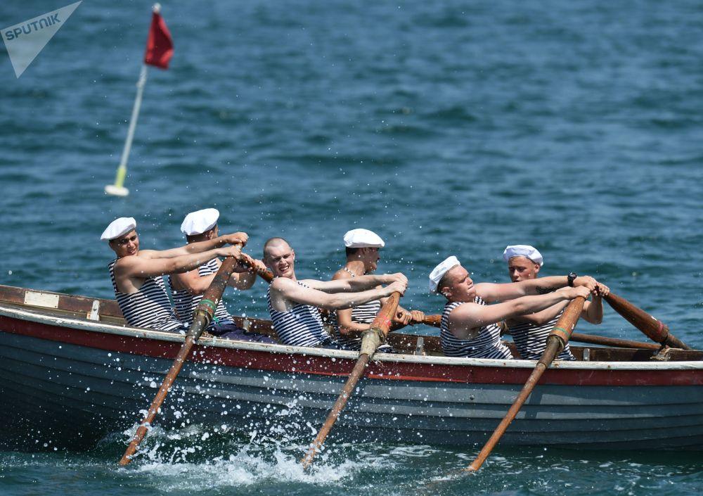 Vojáci Černomořského loďstva během závodu v Den námořnictva Ruské federace v Sevastopolu