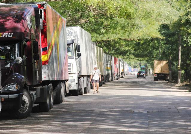 Fronta kamionů je asi 3 km dlouhá