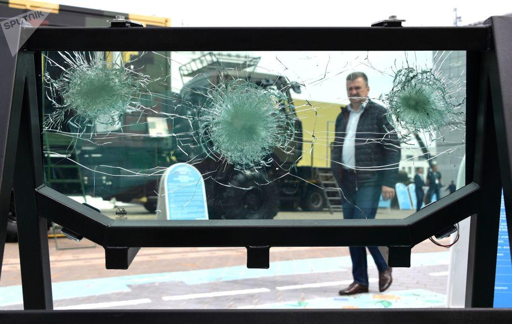 Čelní sklo bojového vozidla Kajman na mezinárodní výstavě zbraní a vojenské techniky MILEX-2019 v Minsku
