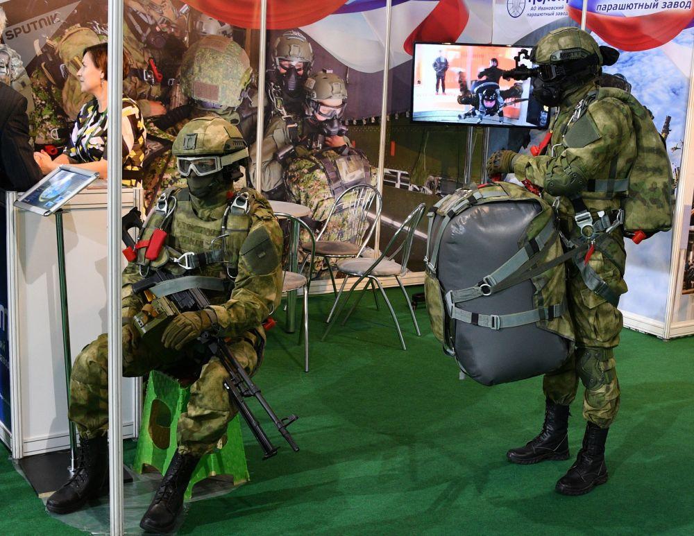 Figuríny v uniformě na mezinárodní výstavě zbraní a vojenské techniky MILEX-2019 v Minsku