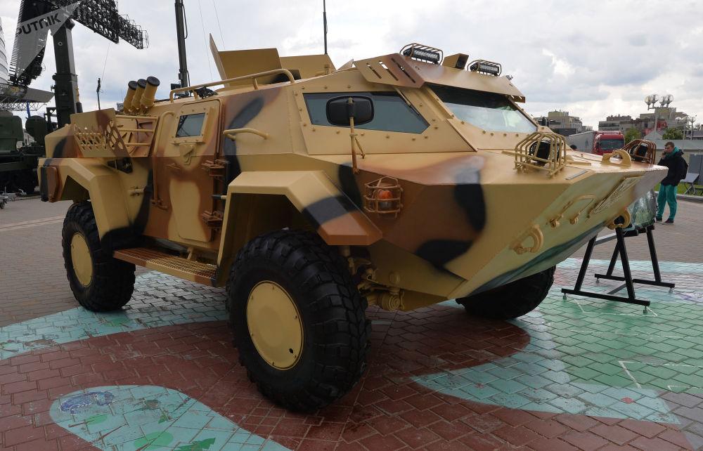 Mobilní obrněné vozidlo Kajman na mezinárodní výstavě zbraní a vojenské techniky MILEX-2019 v Minsku