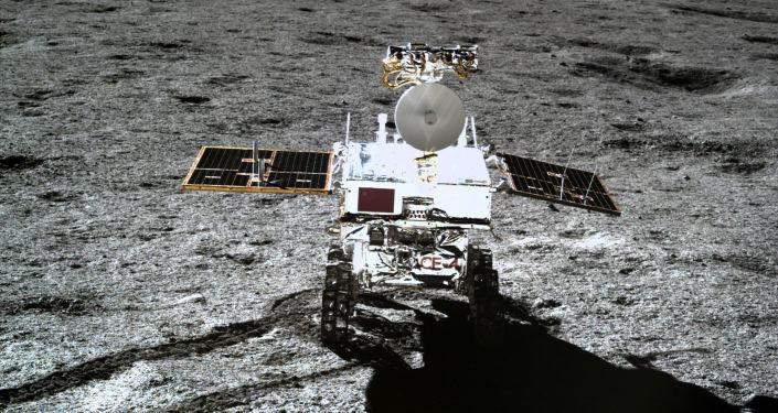 Čínské lunární vozítko Jü-tchu 2 (Nefritový králík 2) na odvrácené straně Měsíce. 11. ledna 2019