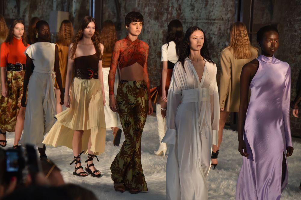 Modelky na přehlídce australské módní značky Bec + Bridge během australského Týdne módy v Sydney.