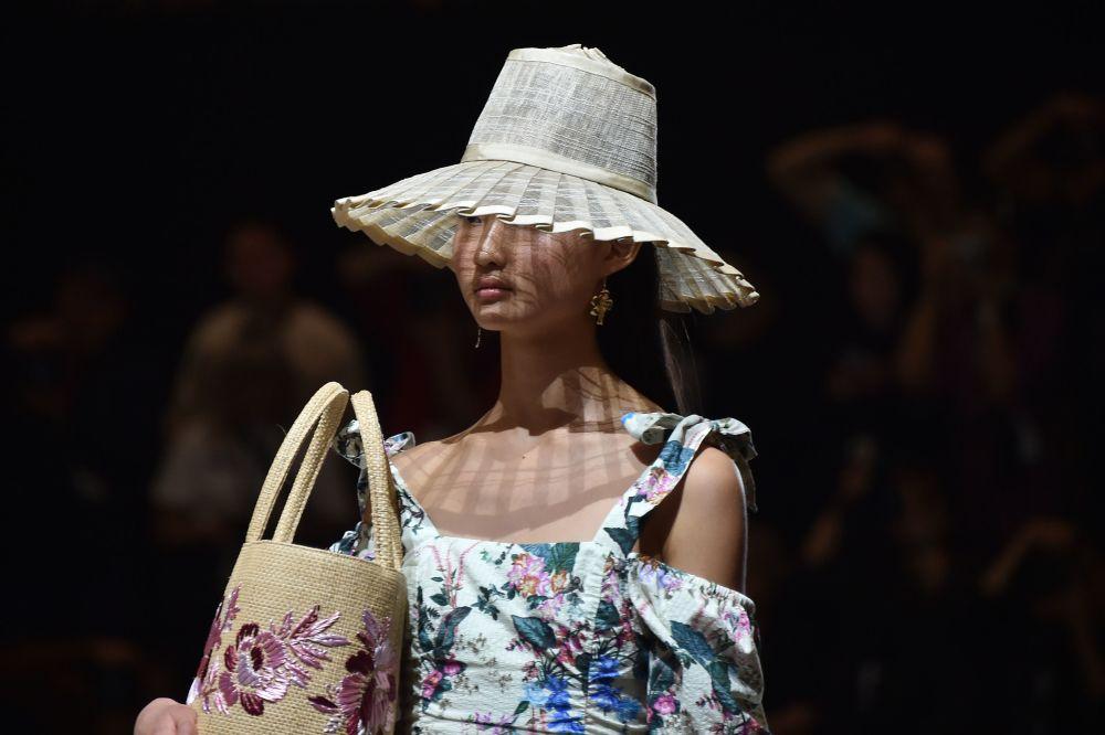 Modelka na přehlídce australské módní značky Tigerlily během australského Týdne módy v Sydney.