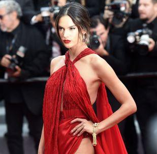 Brazilská supermodelka a herečka Alessandra Ambrosiová na červeném koberci před premiérou filmu Bídníci (Les Miserables) na 72. filmovém festivalu v Cannes.