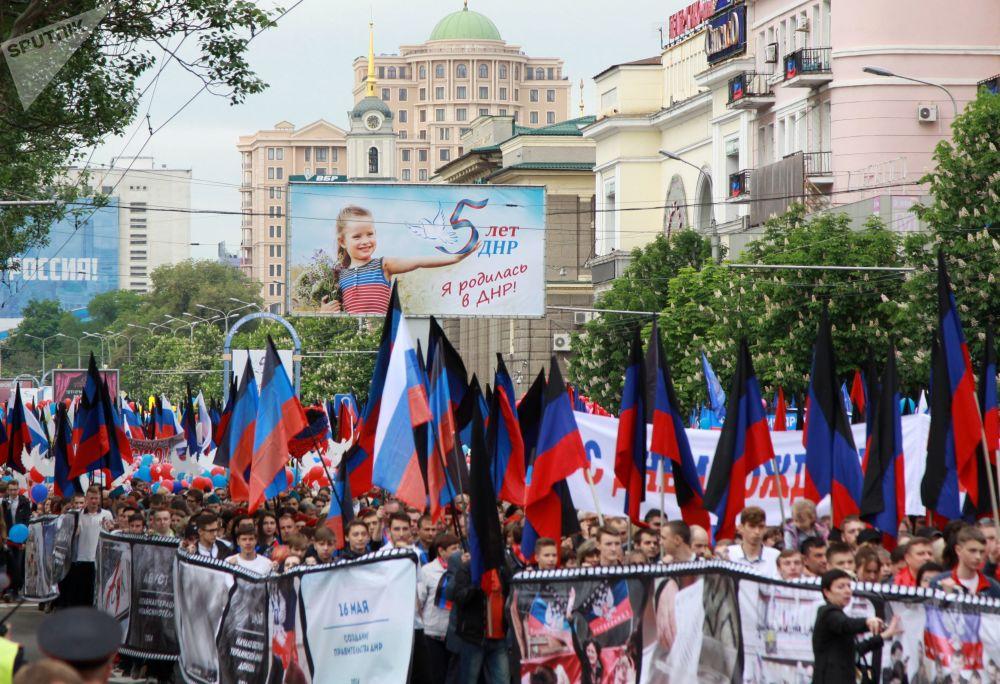 Účastníci pochodu Stuha času během oslav 5. výročí vzniku Doněcké lidové republiky.