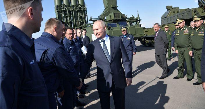Ruský prezident Vladimir Putin se baví s letci, kteří ho doprovázeli během jeho letu do Achtubinsku