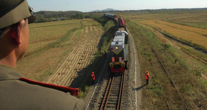 Vlak s ruskými dělníky, kteří přijeli do KLDR, aby opravili místní trať