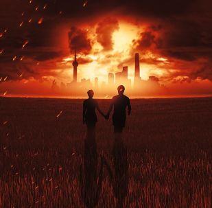 Pár v poli na pozádí hořícího města