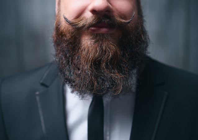 Muž s vousy a knírkem
