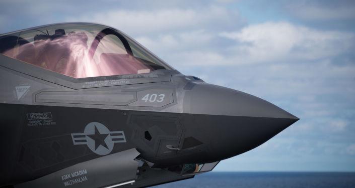 Kabina pilota amerického stíhacího letounu F-35C Lightning II