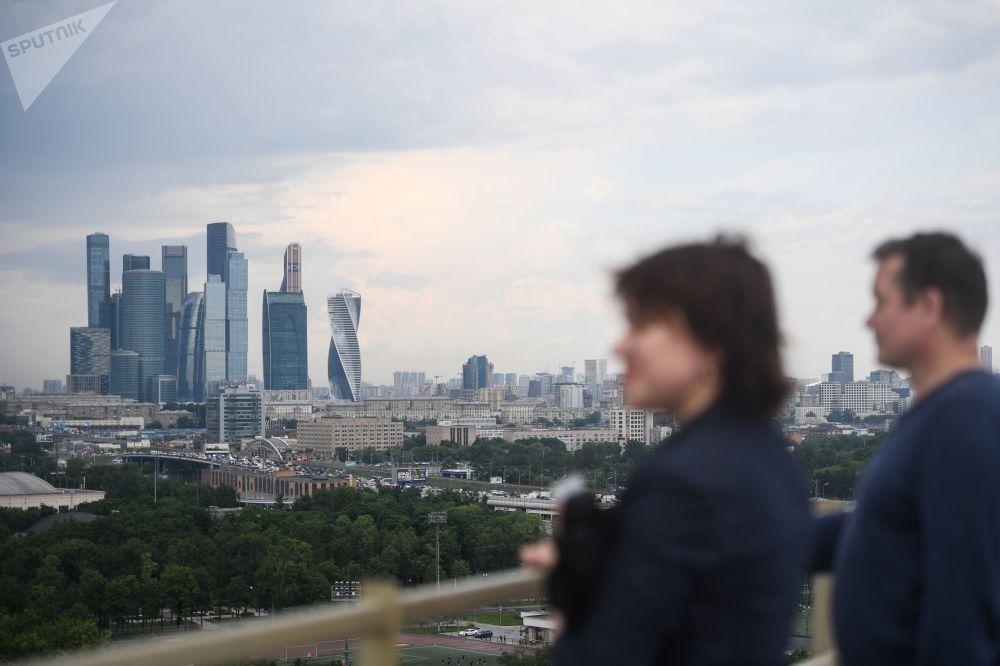 Návštěvníci nové vyhlídkové terasy na stadionu Lužniki v Moskvě. Je vidět obchodní čtvrť Moskva-City.