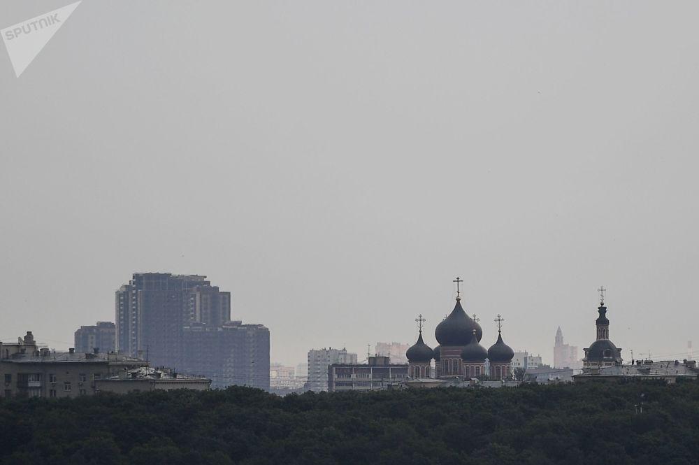 Pohled na Donský mužský klášter z vyhlídkové terasy stadionu Lužniki.