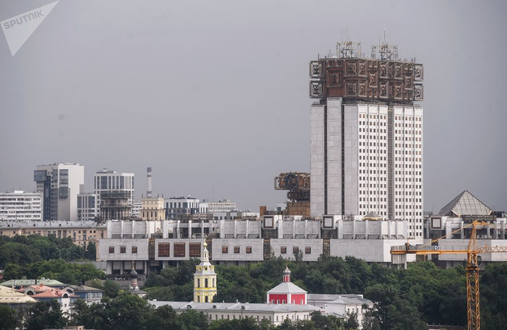 Pohled na budovu Ruské akademie věd z vyhlídkové terasy na střeše stadionu Lužniki.