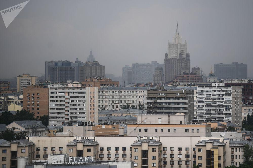 Pohled na Moskvu ze střechy stadionu Lužniki. V dálce je vidět budova Ministerstva zahraničních věcí Ruska.