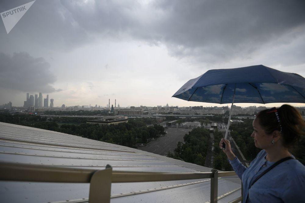 Návštěvnice se dívá na Moskvu ze střechy stadionu Lužniki.