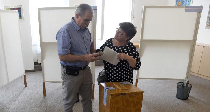 Pár ve volební místnosti v Praze ve volbách do Evropského parlamentu