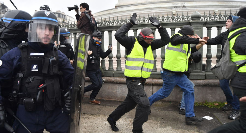 Střety demonstrantů s policií na protestní akci žlutých vest