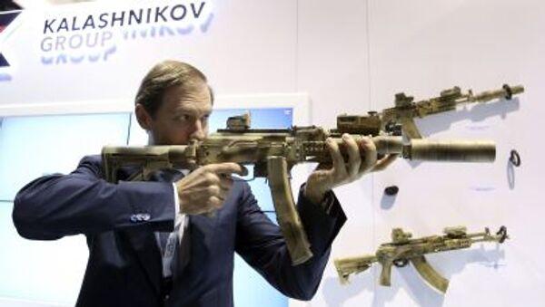 Ministr průmyslu a obchodu Ruské federace Denis Manturov s kalašnikovem - Sputnik Česká republika