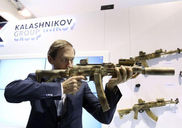 Ministr průmyslu a obchodu Ruské federace Denis Manturov s kalašnikovem