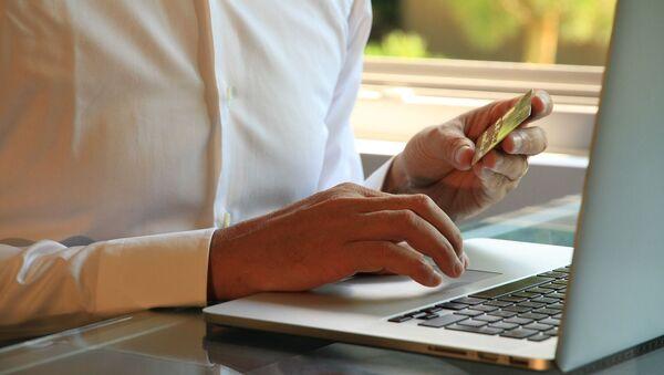 Muž s platební kartou u počítače - Sputnik Česká republika