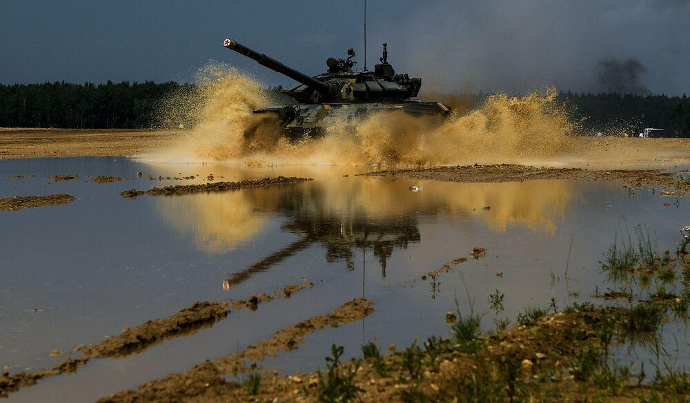 Tank T-72B3 během vojenského cvičení Tamanské motostřelecké divize v Moskevské oblasti