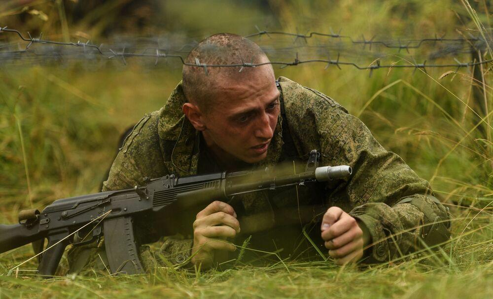 Voják motostřeleckého pluku Tamanské divize během vojenského cvičení v Moskevské oblasti