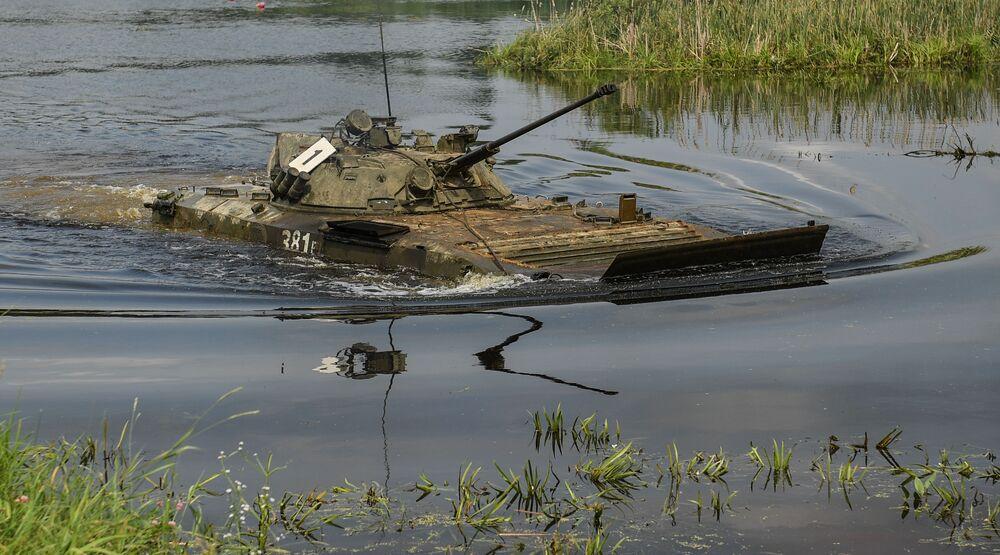 Bojové vozidlo pěchoty BMP-2 během vojenského cvičení Tamanské motostřelecké divize v Moskevské oblasti