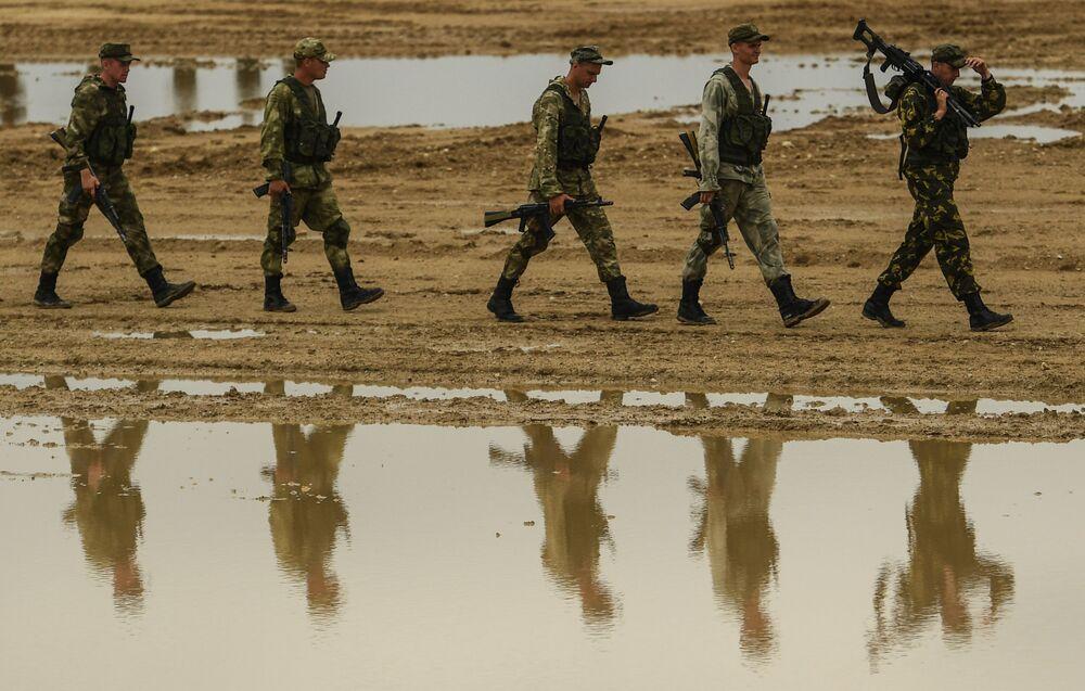 Vojáci motostřeleckého pluku Tamanské divize během vojenského cvičení v Moskevské oblasti