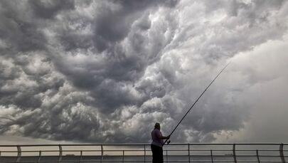 Muž rybaří z mola v Bejrútu, Libanon