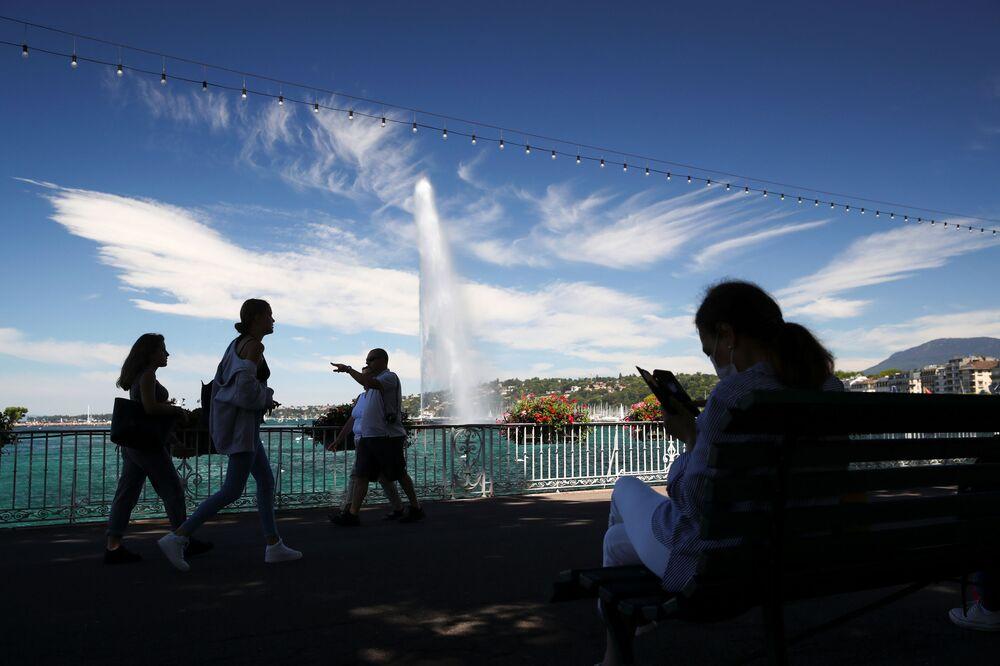 Fontána Jet d'Eau a mraky podobné ptačím křídlům v Ženevě
