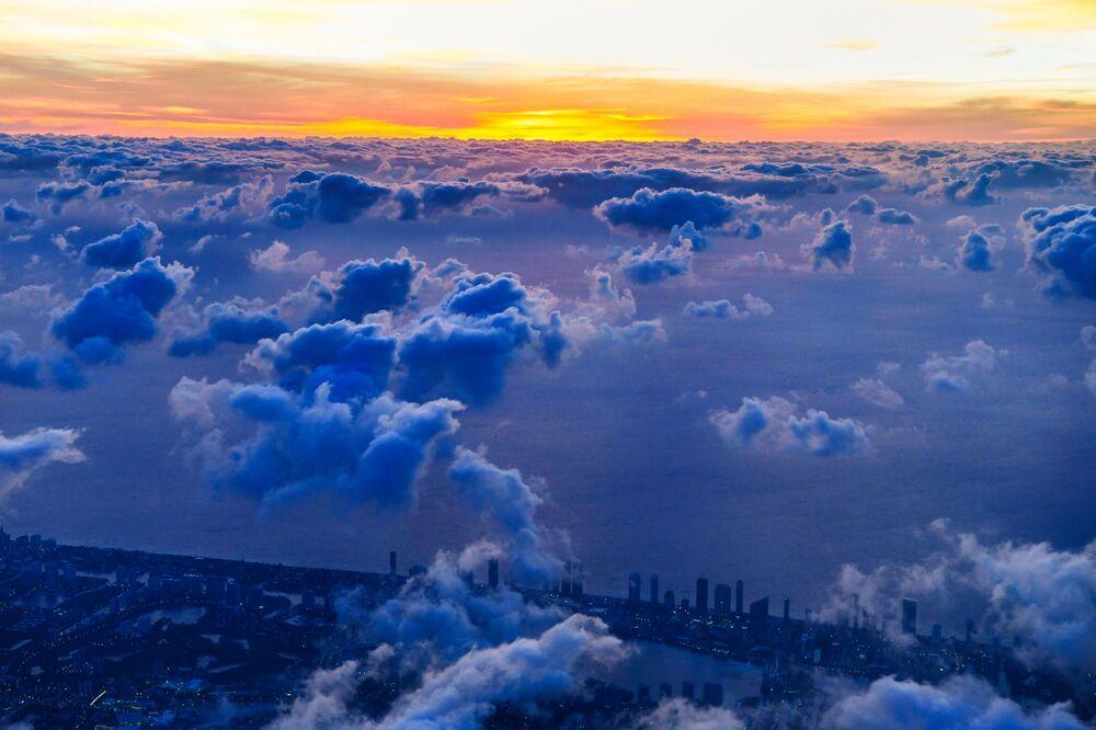 Letecký snímek mraků nad jihem Miami