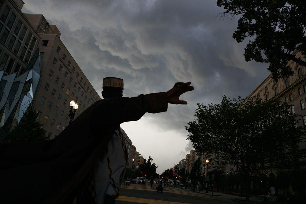 """Bouřková mračna nad Washingtonem """"odrážejí"""" hněv demonstrantů během protestů Black Lives Matter"""