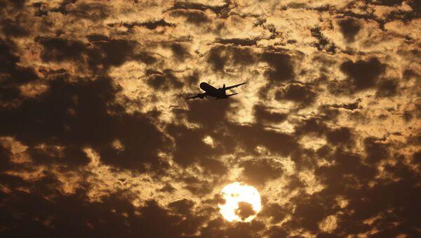 Silueta letadla na pozadí mraků v Ahmedabadu v Indii - Sputnik Česká republika
