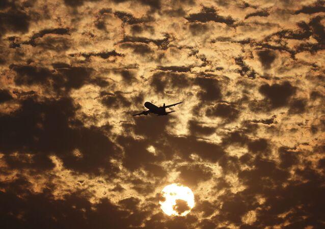 Silueta letadla na pozadí mraků v Ahmedabadu v Indii