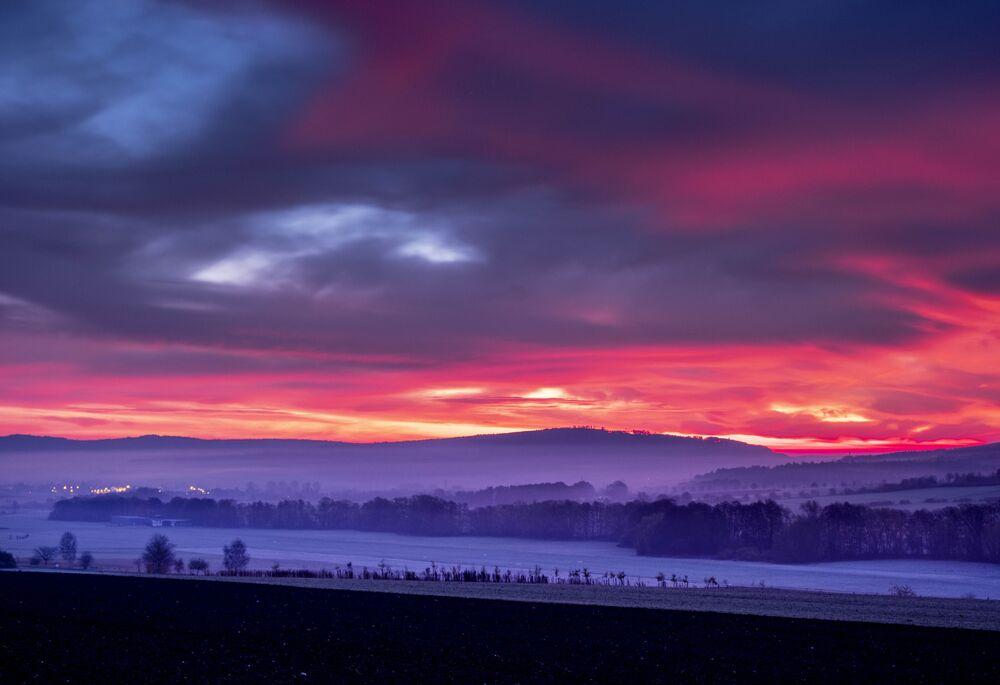 Barevné mraky nad pohořím Taunus v Německu
