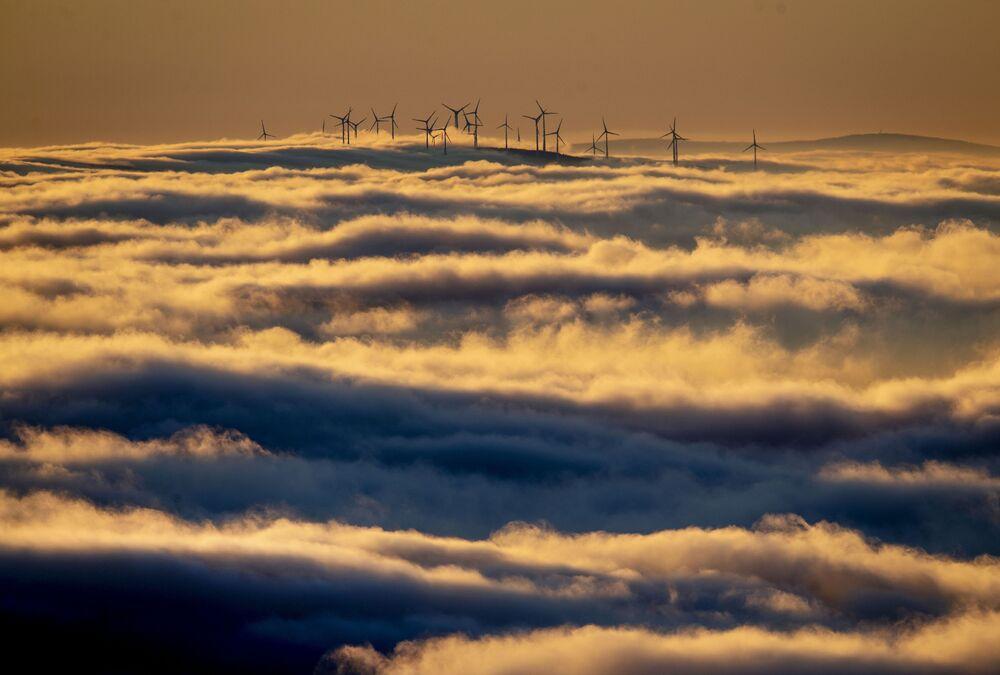 Větrné turbíny obklopené mraky v Taunusu, Německo