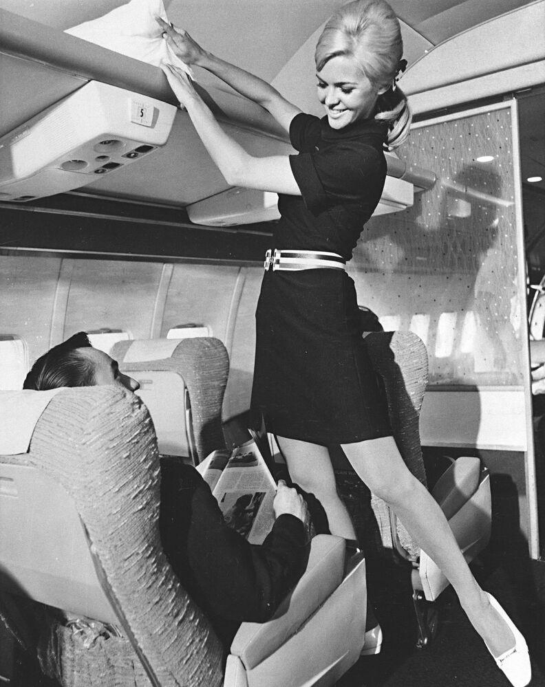 Letuška společnosti American Airlines při prezentaci nové uniformy, 1967
